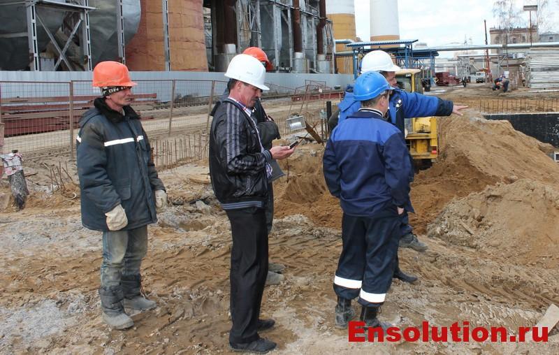 сотрудники энергетической фирмы на стройплощадке фото